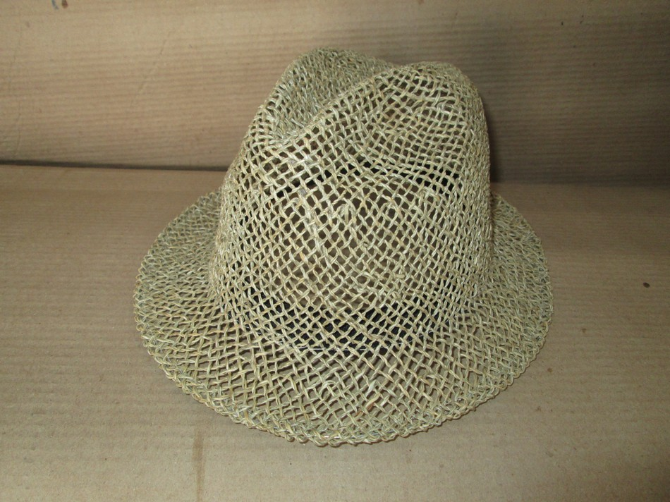 uomo traforato, il cappello viene fornito di nastro regolatore di ampiezza