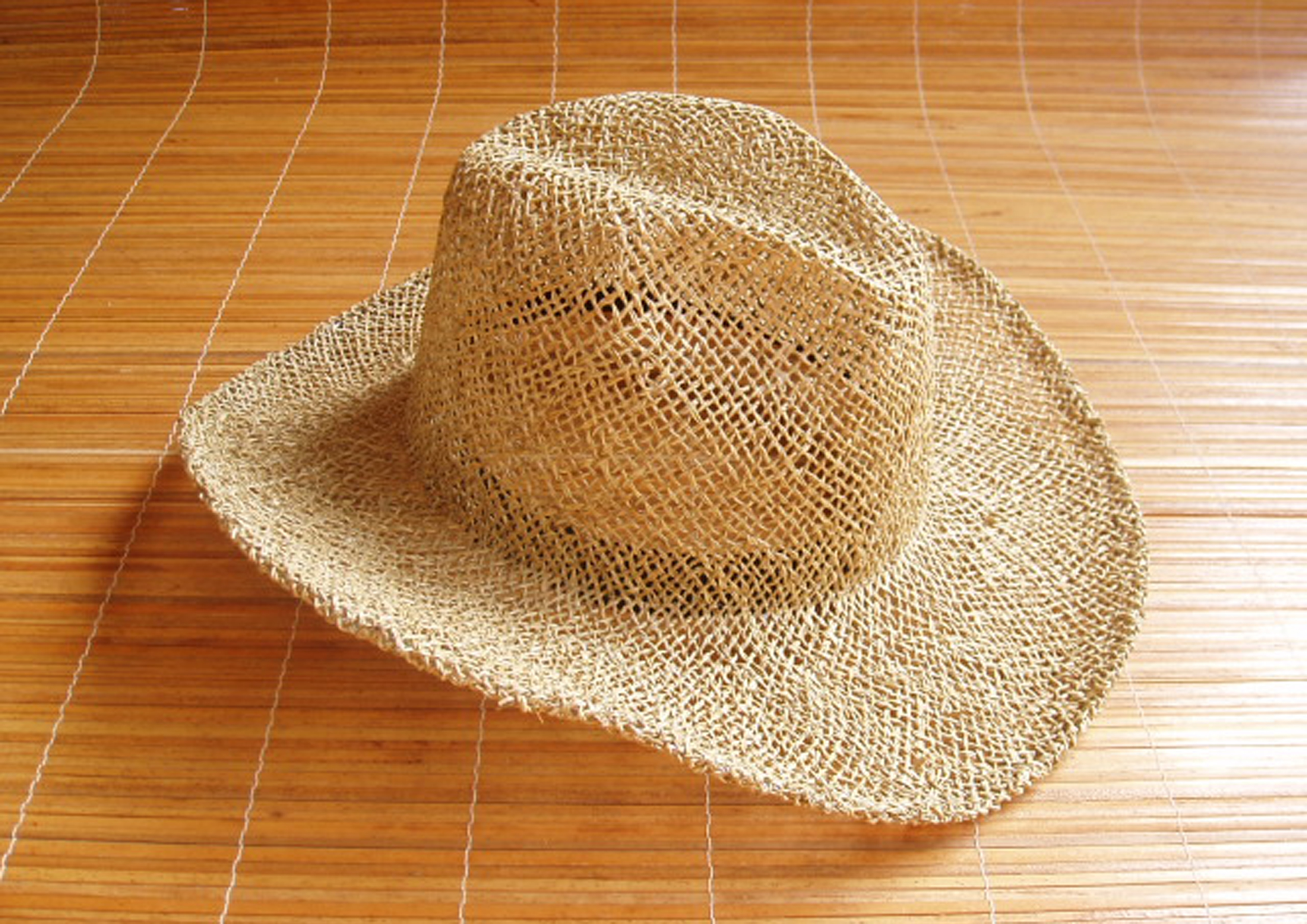 cowboy traforato, il cappello viene fornito di nastro regolatore di ampiezza
