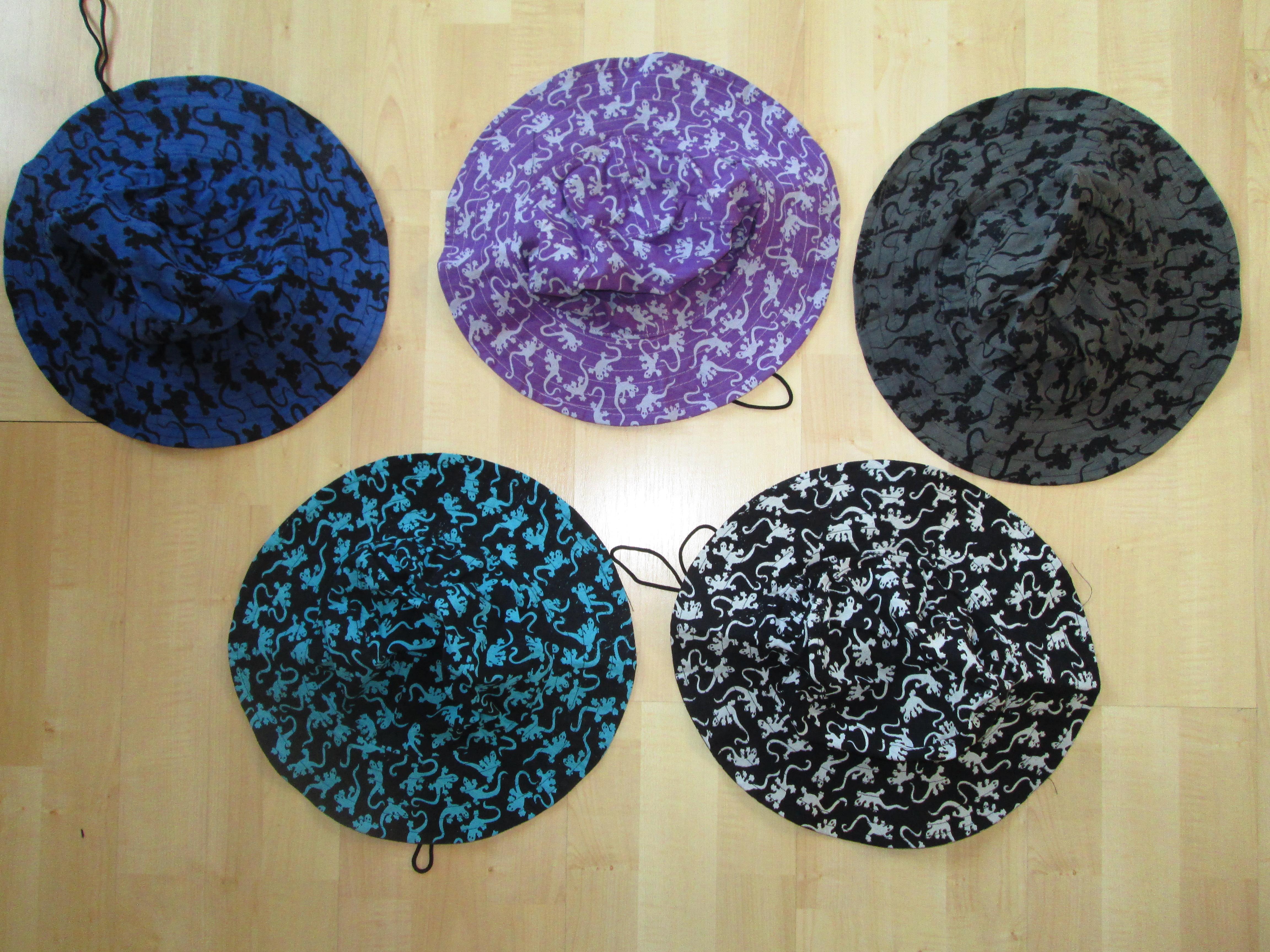 cappelli geki stampati in misura adulto confezione di 10 pz in 5 colori